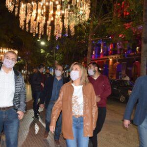 La intendente Fuentes habilitó la ornamentación de luces de plaza Libertad por el aniversario de la ciudad