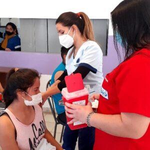 La  Municipalidad con su personal de salud participa de la vacunación a jóvenes de 18 y 19 años